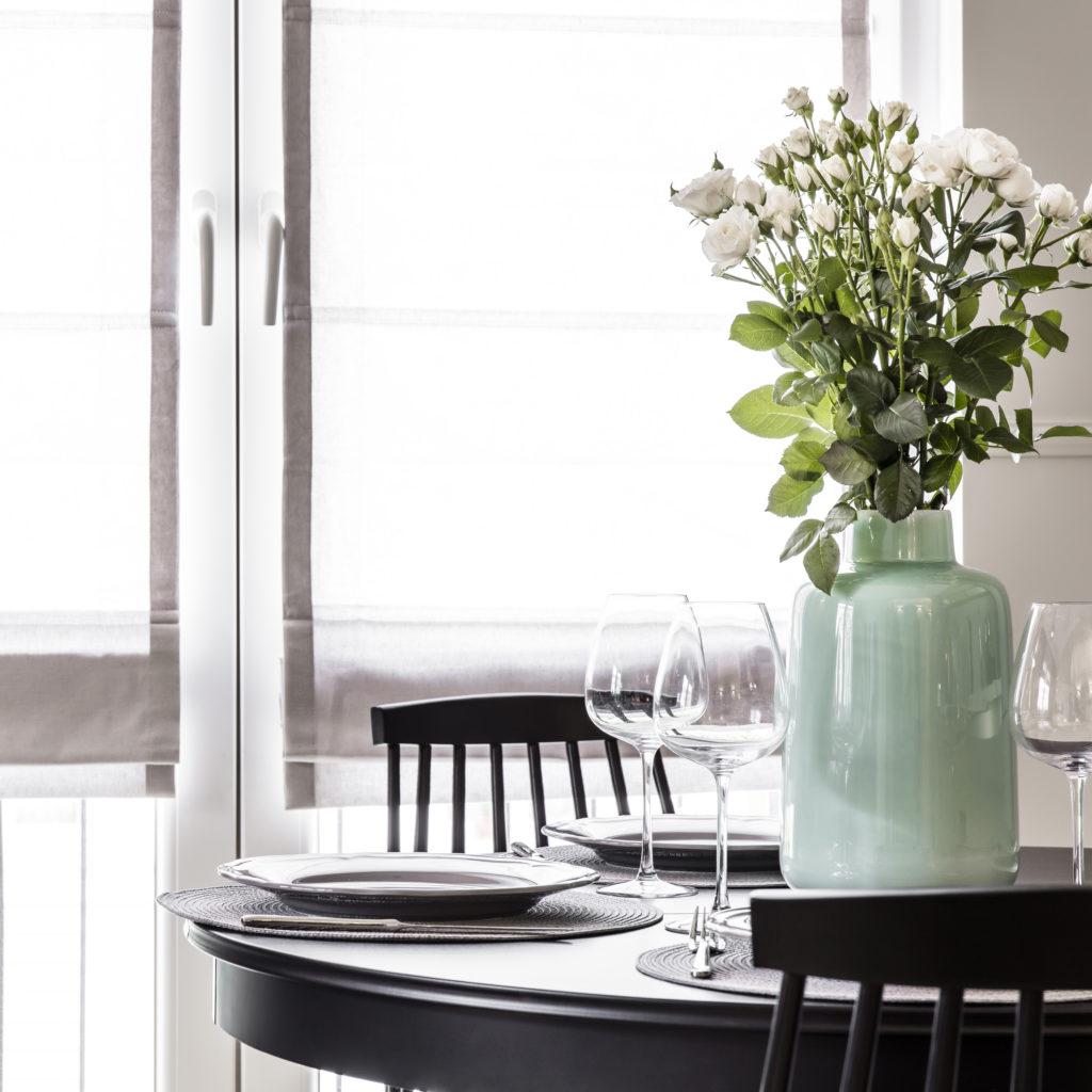 Aranżacja jadalni w salonie w mieszkaniu w kamienicy - projekt architekt wnętrz Emilia Strzempek Plasun, realizacja SAS Wnętrza i Kuchnie