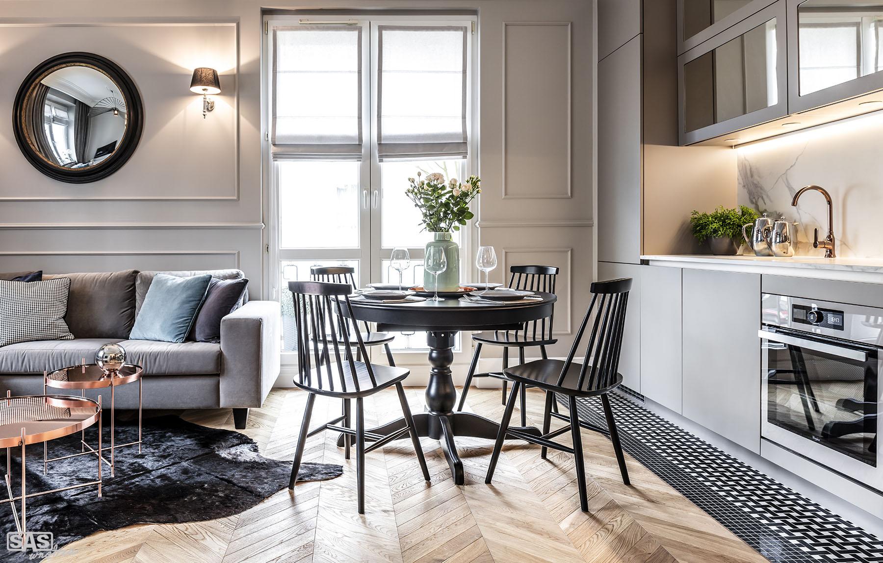 Aranżacja kuchni otwartej na jadalnię i salon - meble kuchenne naa wymiar wykonała firma SAS Wnętrza i Kuchnie - projekt architekt wnętrz Emilia Strzempek Plasun.