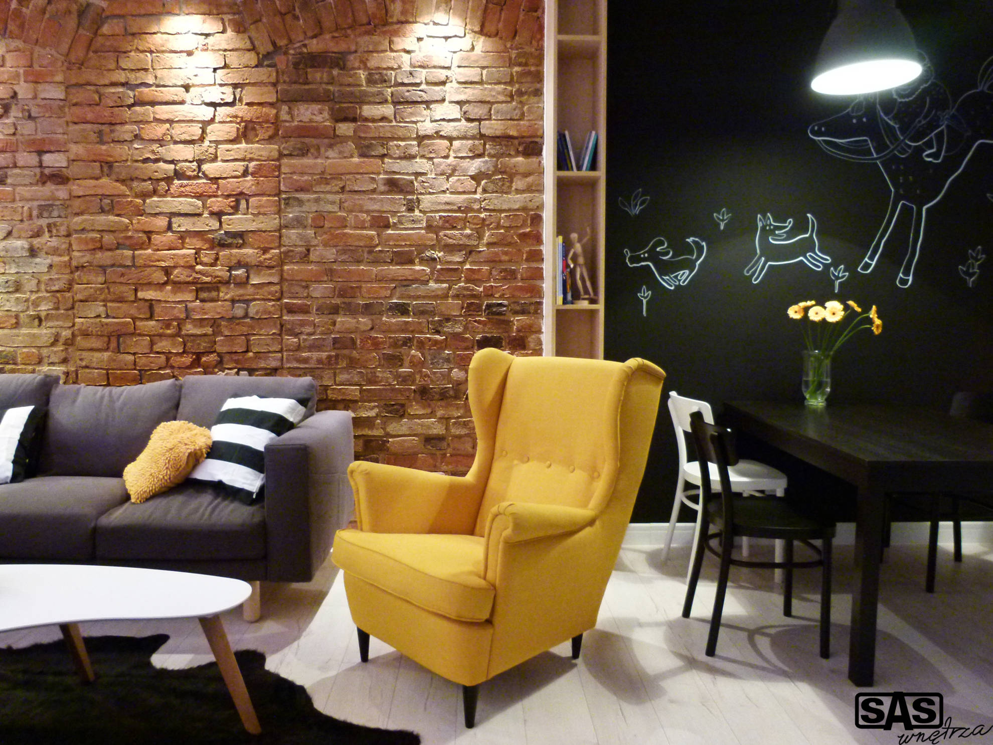 Aranżacja strefy wypoczynkowej oraz jadalni w mieszkaniu w kamienicy - projekt architekt wnętrz Emilia Strzempek Plasun.