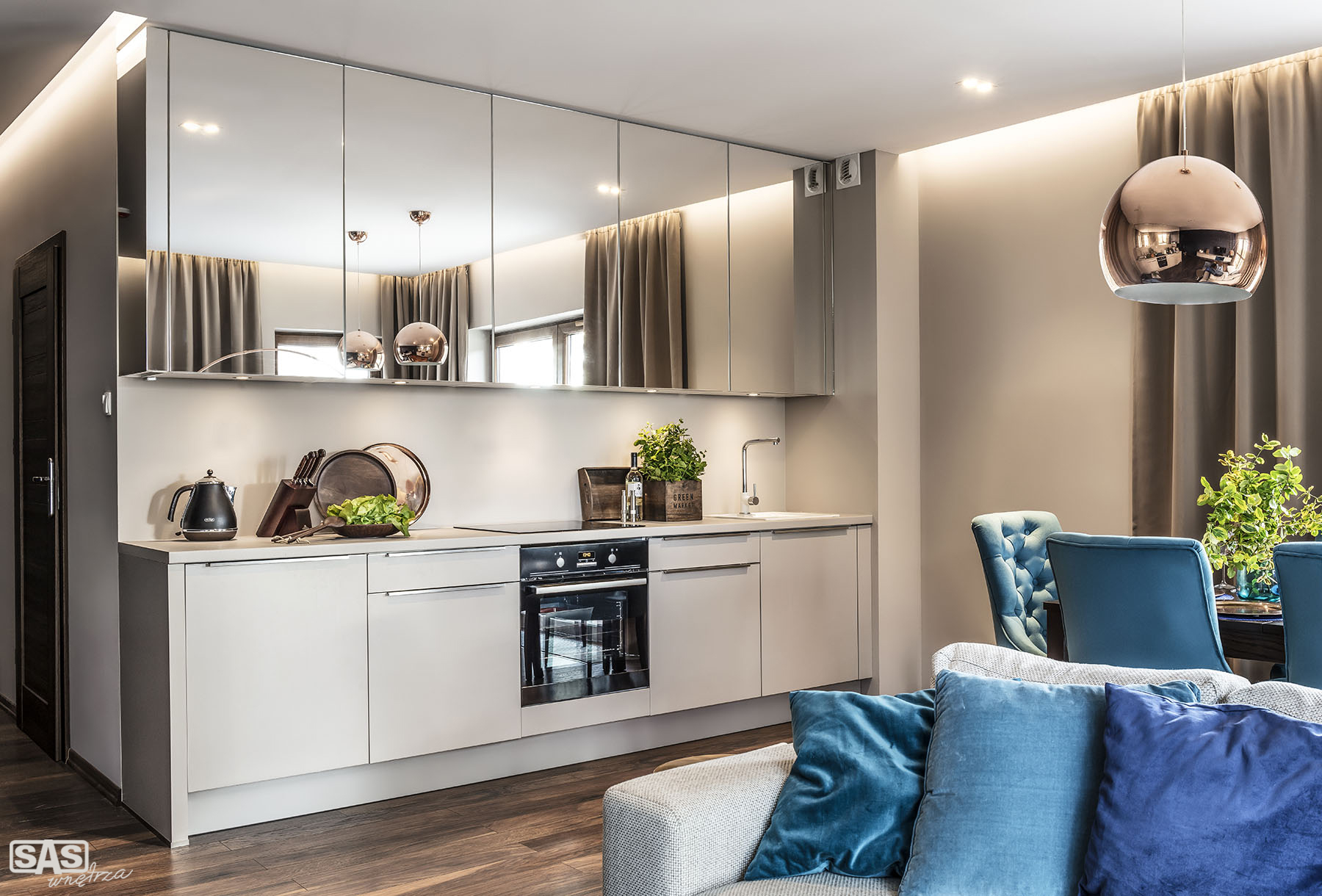 Kuchnia otwarta na jadalnię i część dzienną - meble kuchenne na wymiar wykonanie SAS Wnętrza i Kuchnie - projekt architekt wnętrz Emilia Strzempek Plasun.