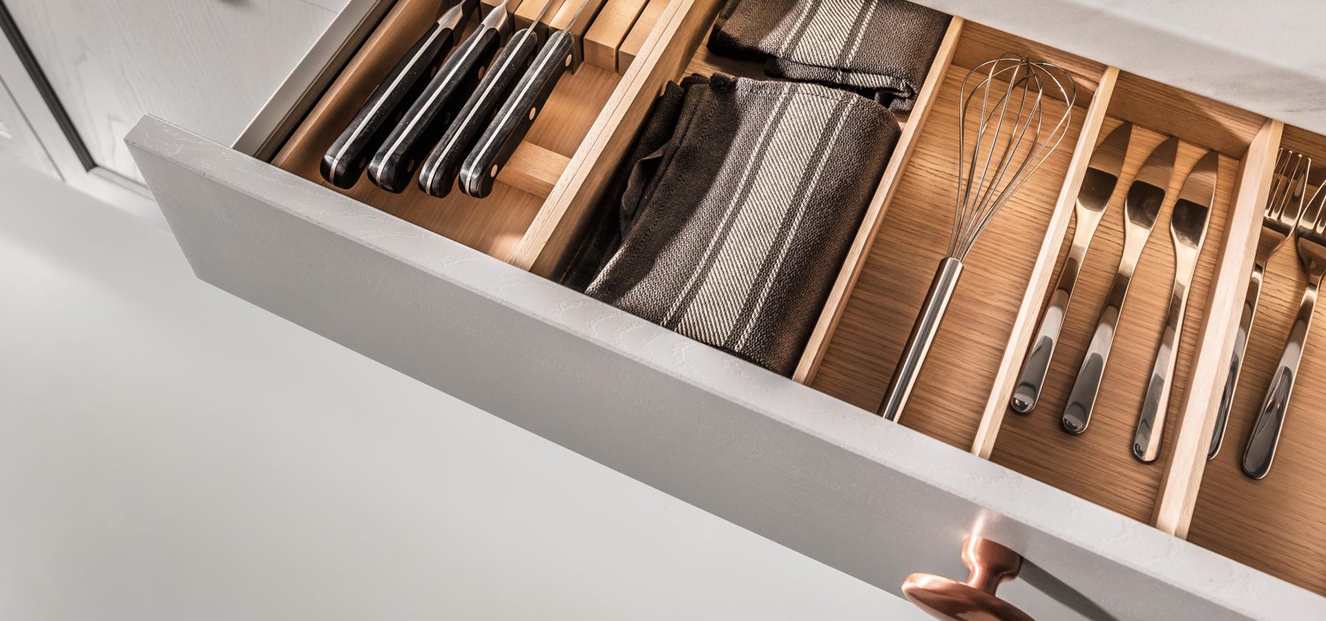 Meble kuchenne - drewniana szuflada na sztućce - SAS Wnętrza i Kuchnie