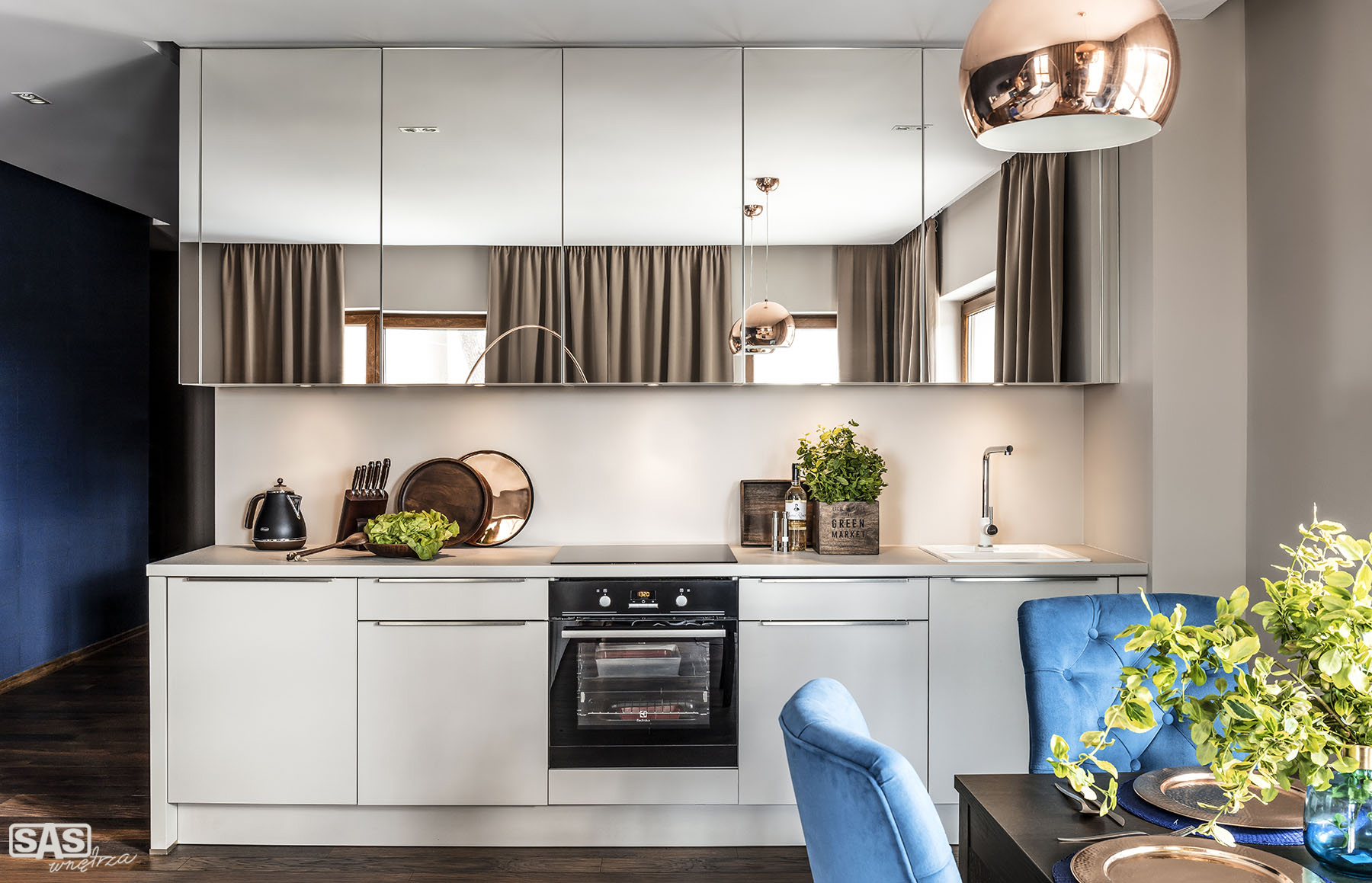 Meble kuchenne Sand - lustrzane fronty - oferta SAS Wnętrza i Kuchnia, projekt architekt wnętrz Emilia Strzempek Plasun.
