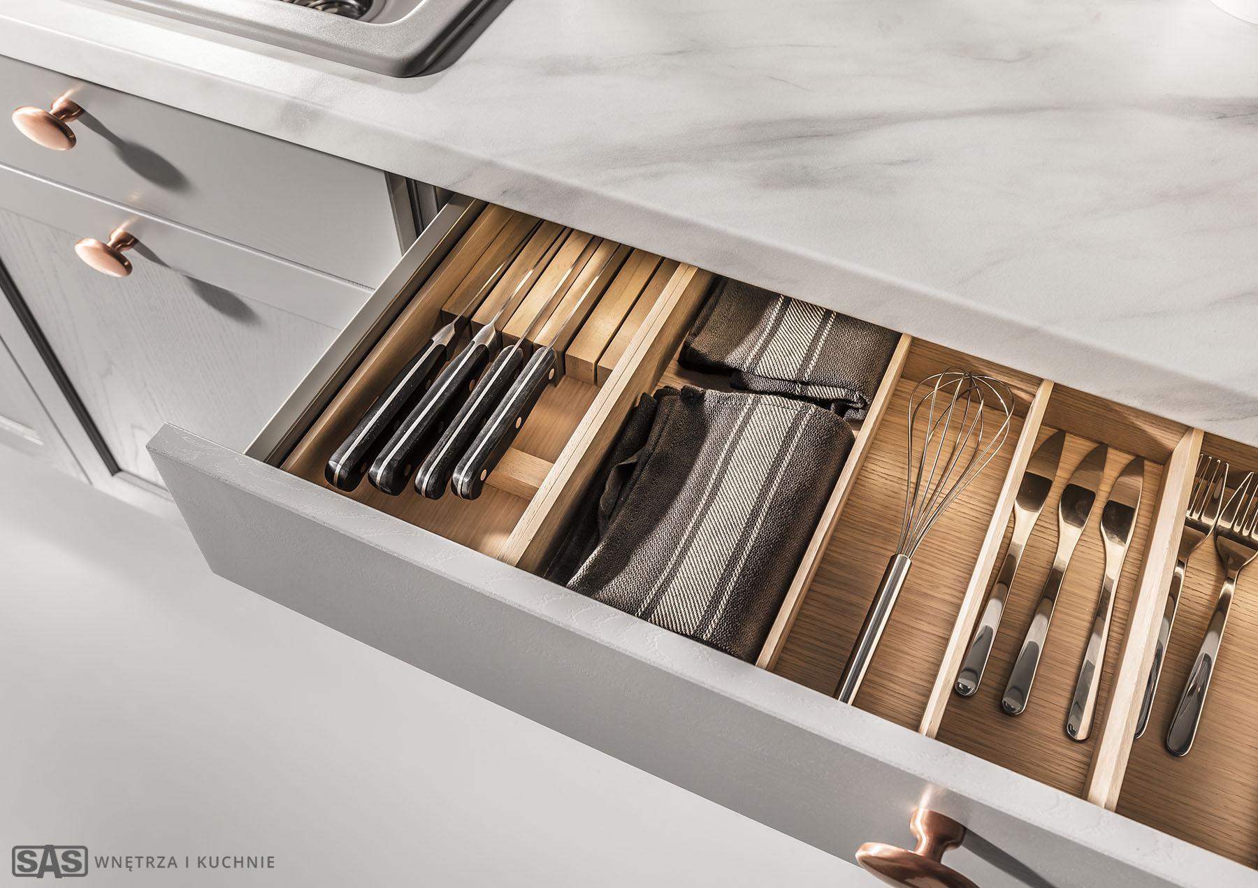 Szuflady jako element systemu przechowywania - meble kuchenne Brostol w ofercie SAS Wnętrza i Kuchnia, projekt architekt wnętrz Emilia Strzempek Plasun.