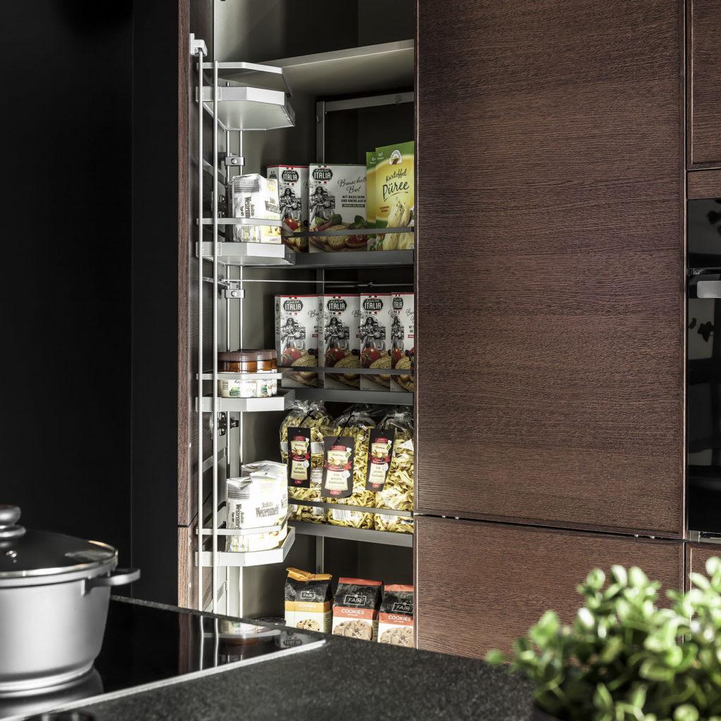 Regał z wysuwanymi półkami - meble kuchenne SAS Wnętrza i Kuchnia, projekt architekt wnętrz Emilia Strzempek Plasun.