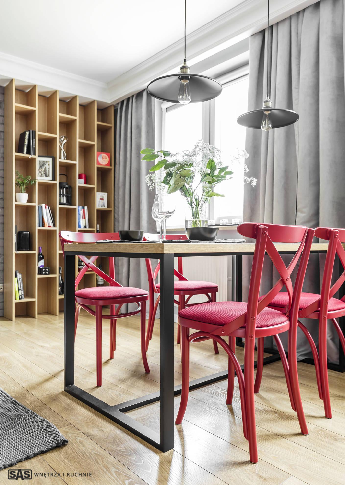 Aranżacja jadalni w strefie dziennej i wypoczynkowej - regał na wymiar wykonanie SAS Wnętrze i Kuchnie - projekt architekt wnętrz Emilia Strzempek Plasun.