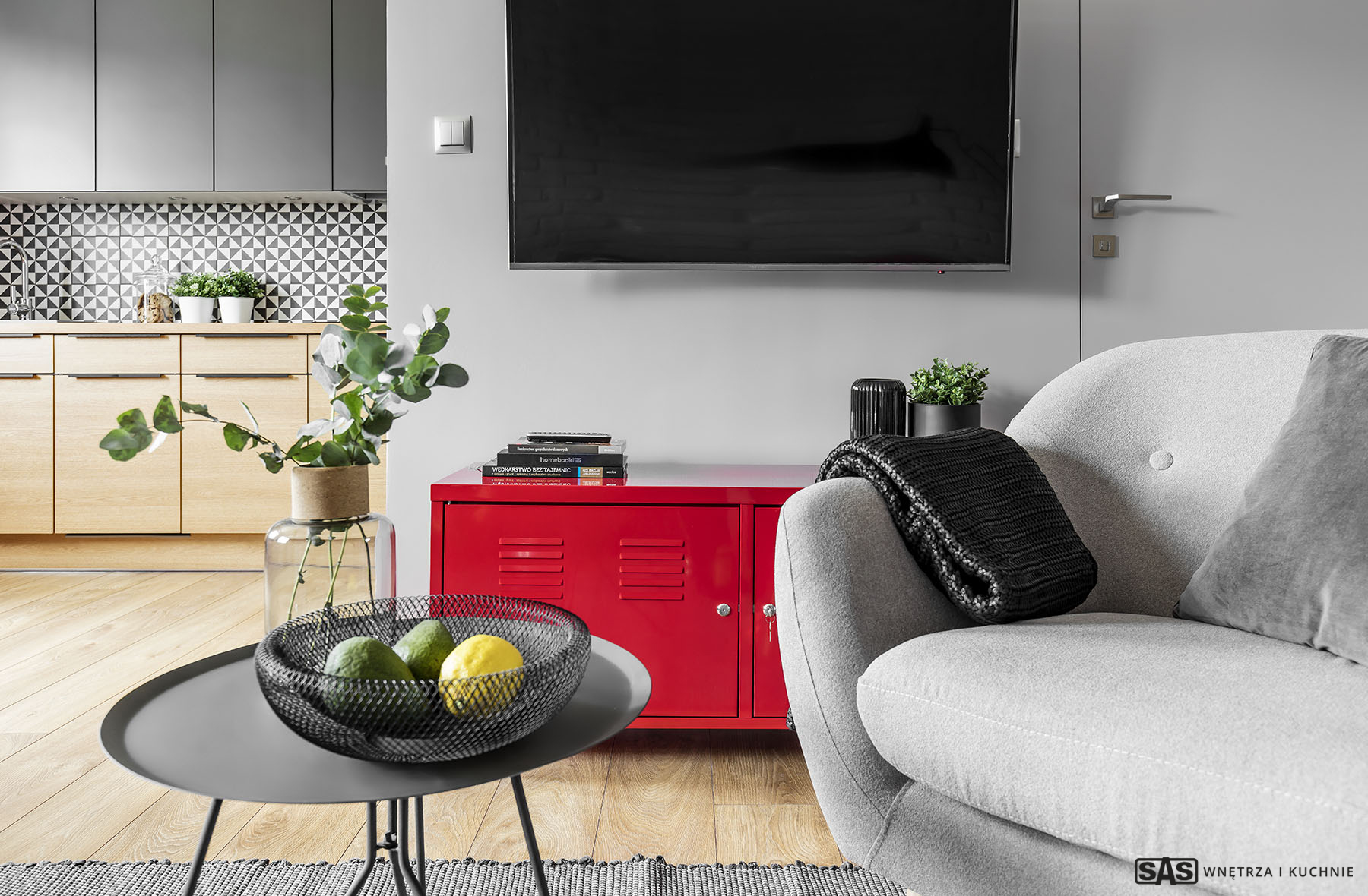 Aranżacja salonu - zbliżenie na dekoracje - meble kuchenne na wymiar widoczne na drugim planie wykonanie SAS Wnętrze i Kuchnie - projekt architekt wnętrz Emilia Strzempek Plasun.