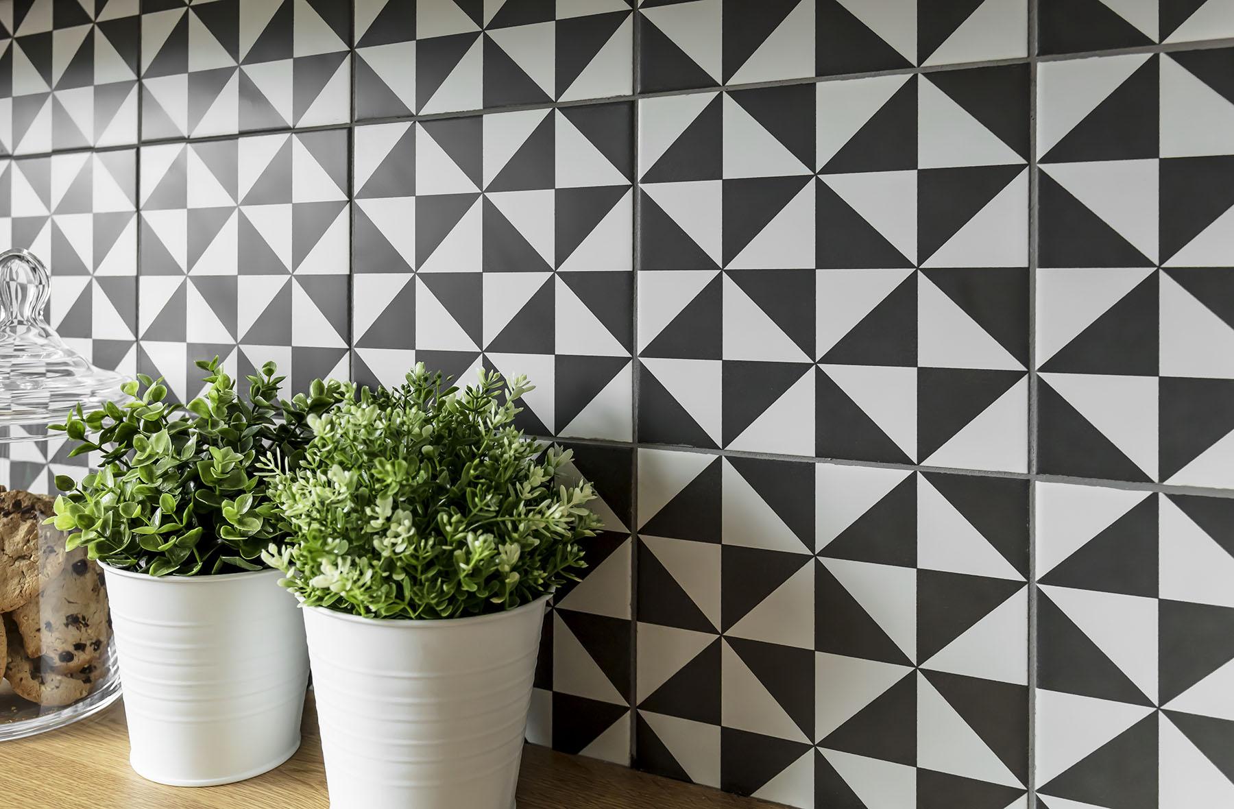 Nowoczesne płytki kuchenne jako uzupełnienie stylowych mebli kuchennych na wymiar - wykonanie SAS Wnętrza i Kuchnie. Projekt architekt wnętrz Emilia Strzempek Plasun.