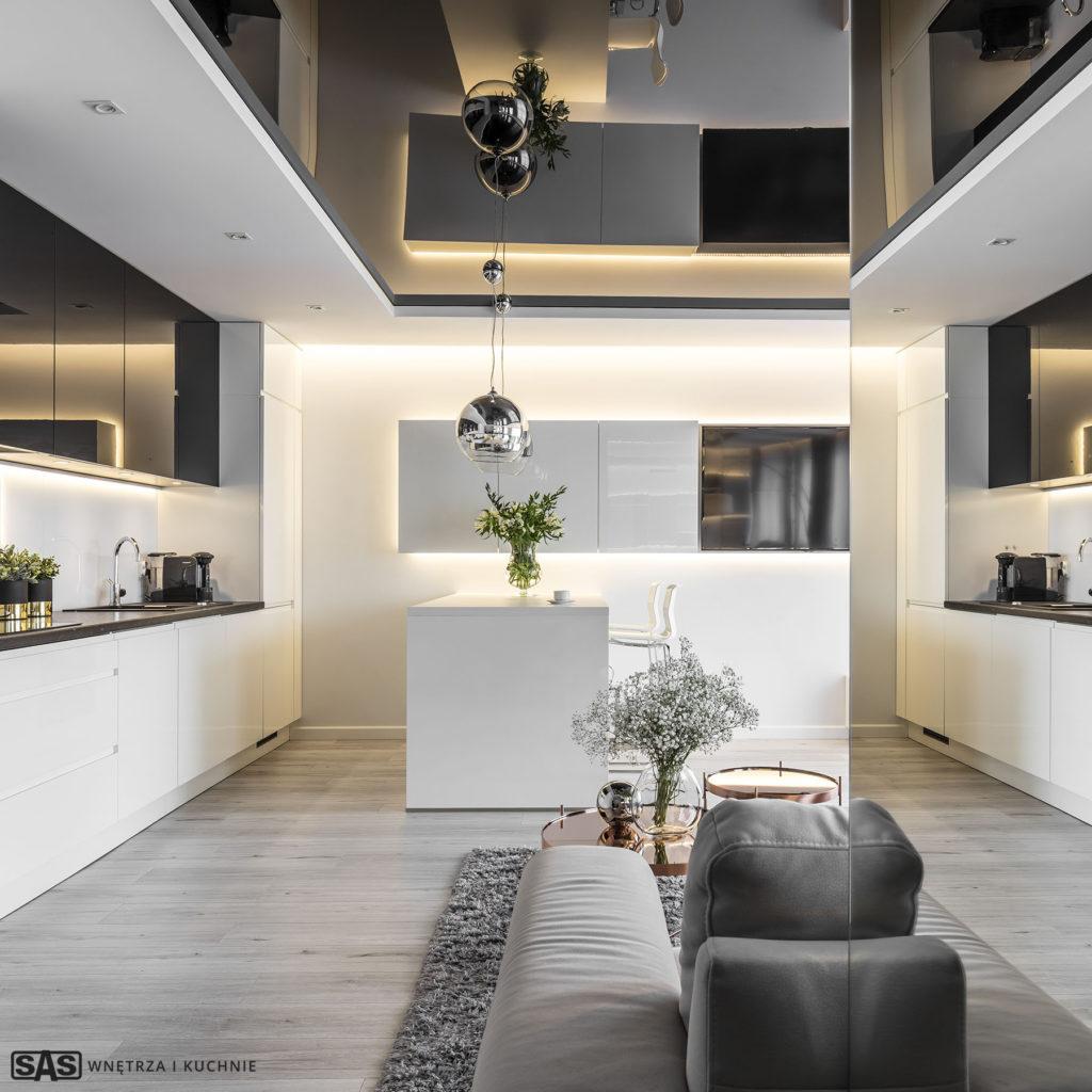 Meble kuchenne w wykonaniu firmy SAS Wnętrza i Kuchnie. Projekt architekt wnętrz Emilia Strzempek Plasun. Widok na refleksyjną grę świateł.