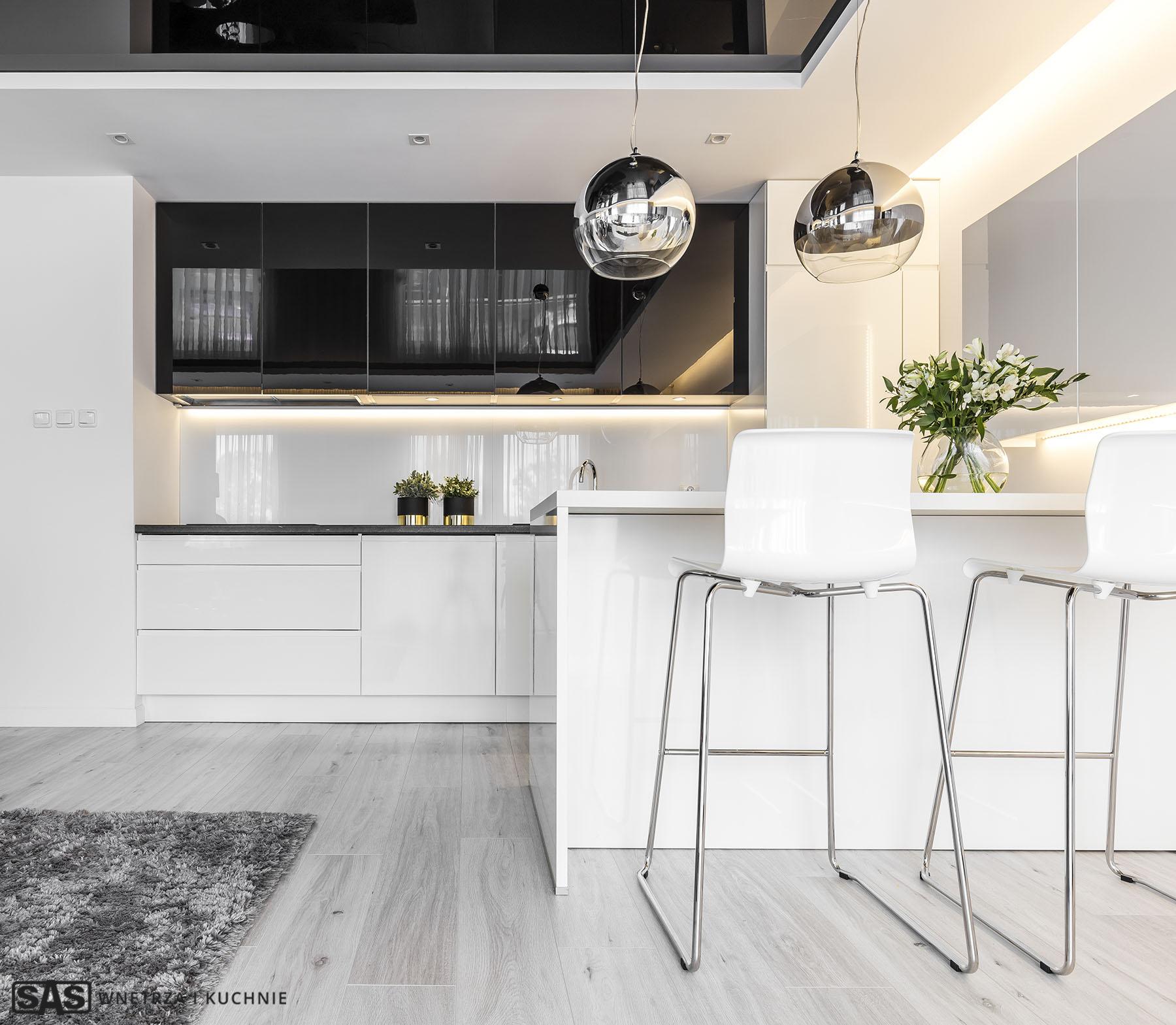 Meble kuchenne w wykonaniu firmy SAS Wnętrza i Kuchnie. Projekt architekt wnętrz Emilia Strzempek Plasun. Wyspa kkuchenna, hokery.