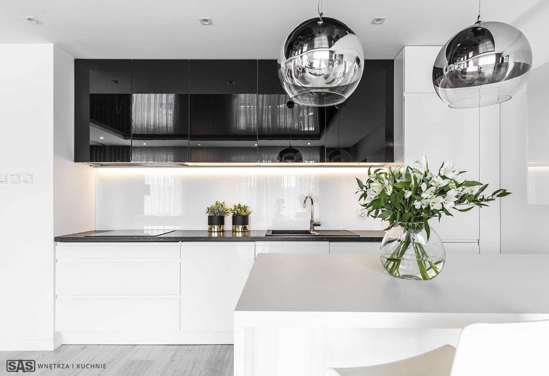 Meble kuchenne w wykonaniu firmy SAS Wnętrza i Kuchnie. Projekt architekt wnętrz Emilia Strzempek Plasun. Nowoczesne meble kuchenne i modernistyczne oświatlenie.