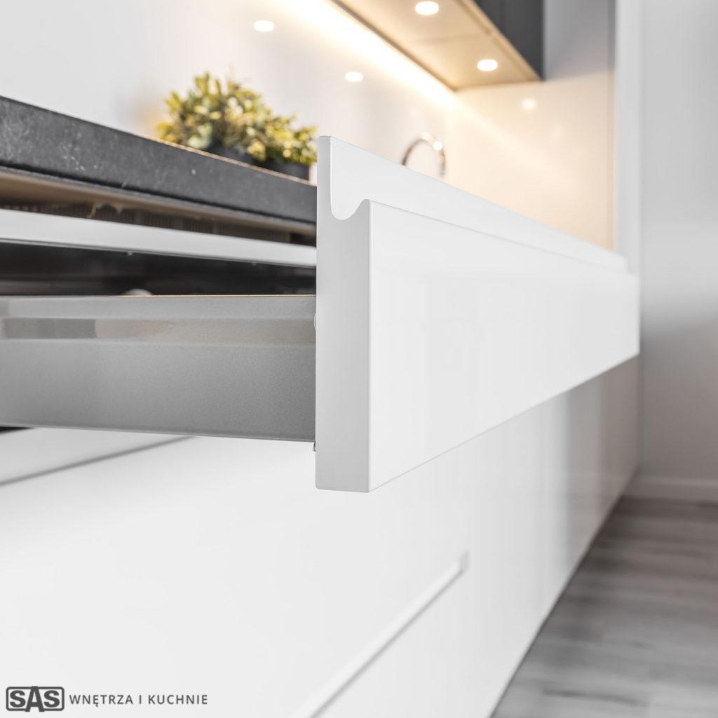 Meble kuchenne w wykonaniu firmy SAS Wnętrza i Kuchnie. Projekt architekt wnętrz Emilia Strzempek Plasun. Detal: szuflady mebli kuchennych.