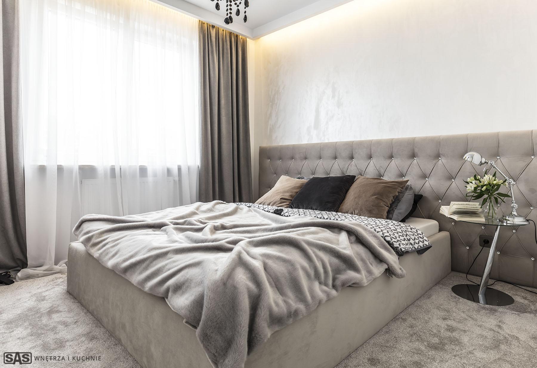 Realizacja SAS Wnętrza i Kuchnie. Projekt architekt wnętrz Emilia Strzempek Plasun. Sypialnia, łoże z zagłówkiem.