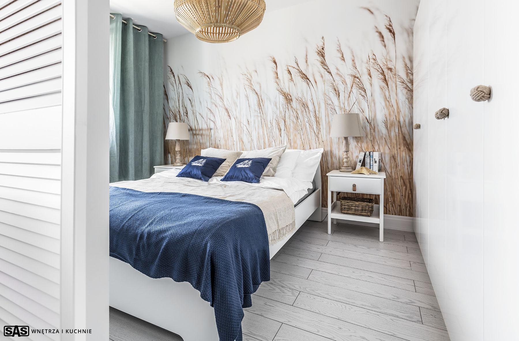 Realizacja SAS Wnętrza i Kuchnie. Projekt architekt wnętrz Emilia Strzempek Plasun. Sypialnia w stylu marynistycznym.