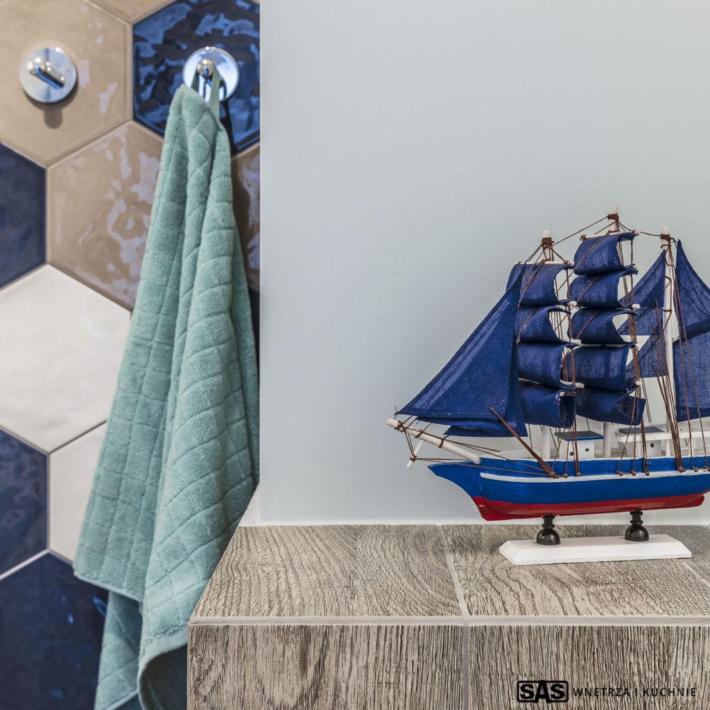 Projekt wnętrza architekt wnętrz Emilia Strzempek Plasun. Widok na detale w łazience:. Dekoracje marynistyczne.