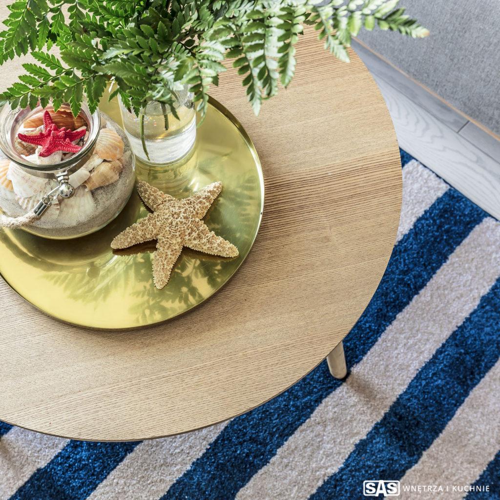 Projekt wnętrza architekt Emilia Strzempek Plasun, detal: stolik kawowy, dekoracje w stylu marynistycznym